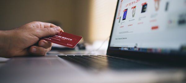 Tarjeta de crédito y ordenador portátil.