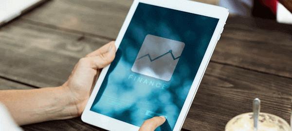 tablet con app de finanzas.
