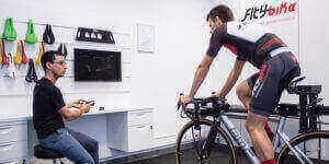 Equipo de Fit4bike probando el sistema BA con un ciclista.