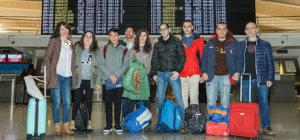 Equipo de 7 jóvenes en el aeropuerto de camino a Italia.