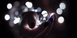 mano con luces led.