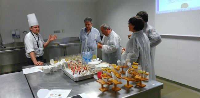 Jakiberri proiektuko parte-hartzaileak prototipoak dastatzeko saio batean.