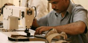 Trabajador con máquina de coser