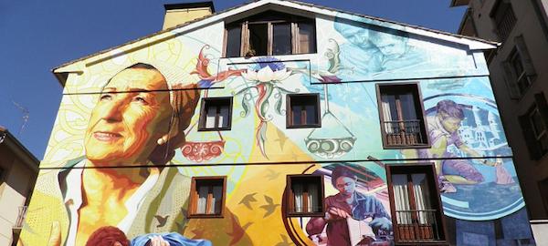 Graffiti sobre igualdad en fachada.