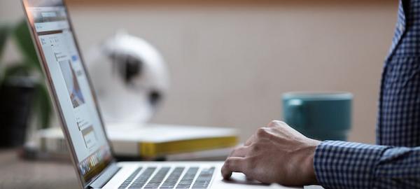 Persona con ordenador portátil.