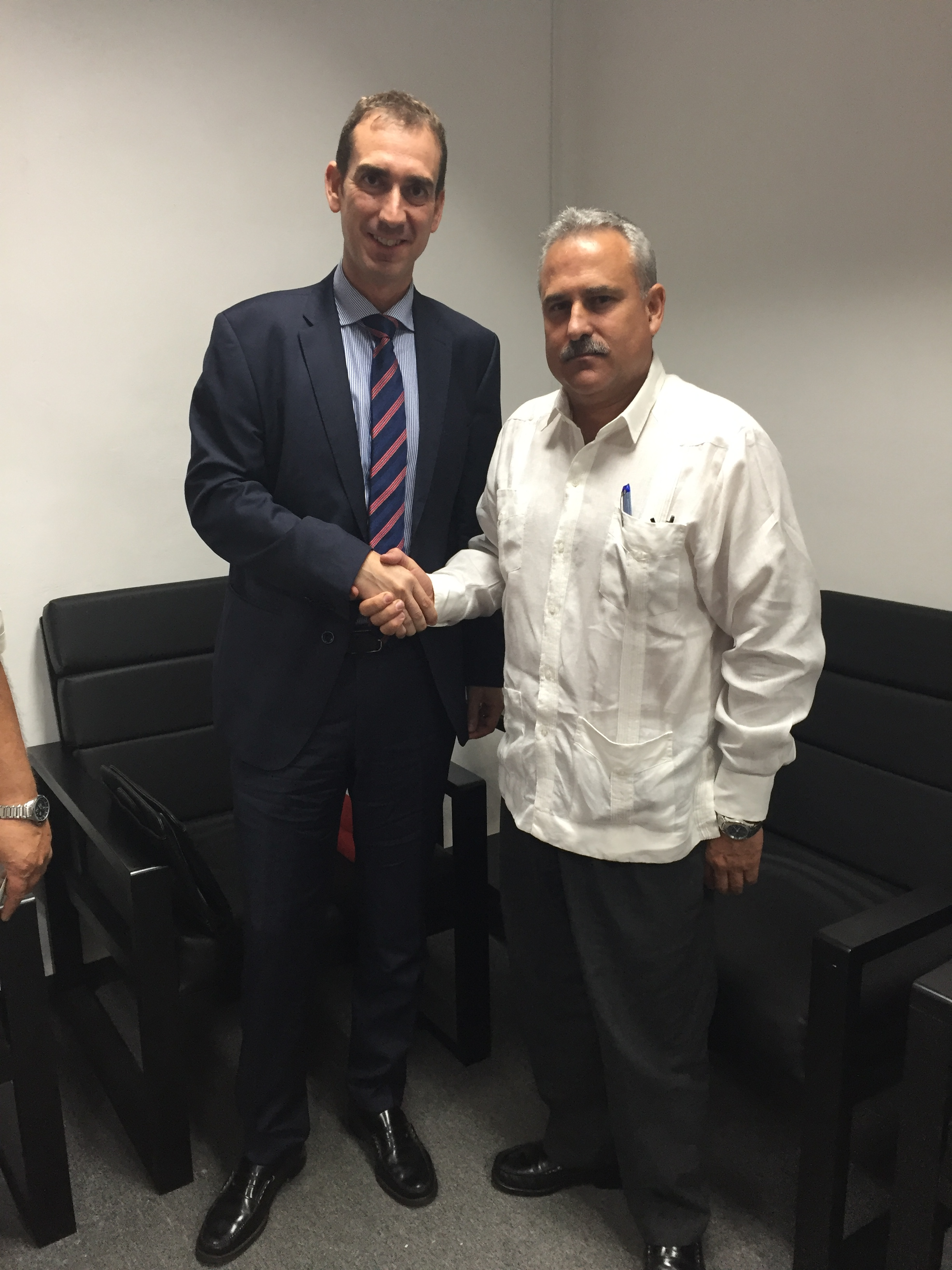 El viceconsejero de Industria junto al ministro de Industria de Cuba.