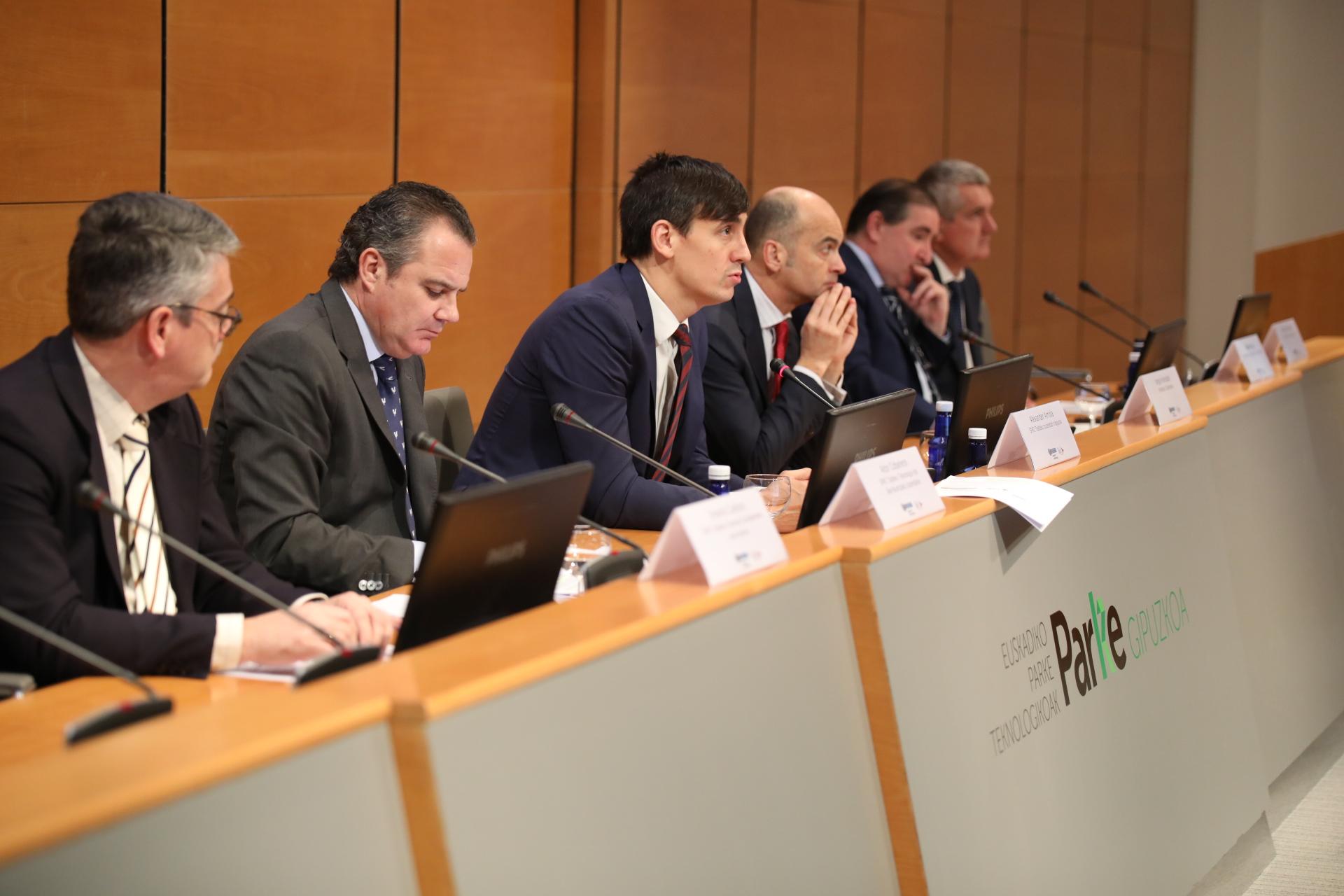 El director del Grupo SPRI, en el centro, junto al resto de responsables, en la jornada.