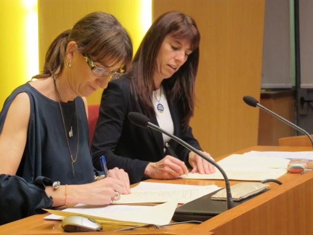 Firma del acuerdo entre Metaposta y el Ayuntamiento de Bilbao. Estíbaliz Hernaez y Marta Ajuria.